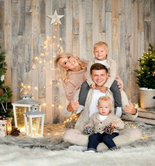 30+ Best Poses Family Christmas Pictures Ideas - TRENDS U NEED TO KNOW.jpg